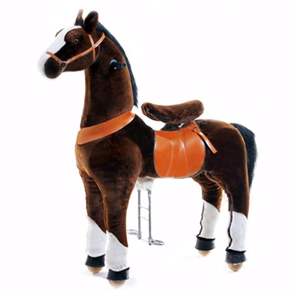 Каталка Ponycycle Чернобурка профессиональная большая РА6152Чернобурка профессиональная большая РА6152Каталка Ponycycle Чернобурка профессиональная большая РА6152 - удивительная игрушка, которая позволит Вашему малышу ощутить себя настоящим наездником.  Лошадка полностью механическая, она не требует ни батареек, ни аккумуляторов. Для того, чтобы лошадка поехала, нужно сесть в седло, а затем садиться и привставать, опираясь на педали-стремена.  Чем активнее малыш будет садиться и привставать в седле, тем быстрее поскачет лошадка.  Лошадка может ехать не только прямо. Она может совершать плавные повороты. За ушами лошадки есть деревянные рукоятки-держатели, малыш поворачивает их как руль велосипеда, и лошадка движется направо или налево, может совершить разворот. Назад Чернобурка не едет, чтобы иметь возможность взбираться в горку и не откатываться (стопором служит стальной хомут, который не дает колесу прокручиваться назад).  Мягкая плюшевая шерсть, роскошная грива, удобные рукоятки и седло приведут в восторг юного всадника.  Отличия усиленной модели для проката от бытовой модели для домашнего использования: мех усиленной модели имеет больше молний, позволяющих снять его для чистки внутренний каркас усиленной модели выполнен из стали большей толщины, чем каркас бытовой модели корпус усиленной модели выполнен из армированного стекловолокна и поролона, у бытовой – из пенопласта усиленные модели оснащены более износоустойчивыми колесами усиленная модель имеет регулировку высоты педалей (2 положения), у бытовой модели педали зафиксированы в одном положении противооткатный механизм усиленной модели заложен внутри барабана самого колеса, у бытовых моделей эту функцию выполняет стальной хомут, который не дает колесу прокручиваться назад усиленная модель выполнена из более износостойких материалов, поэтому имеет больший вес, чем бытовая модель механизм, приводящий в движение лошадку, работает по другому принципу и более износоустойчив.  Важно: Не оставляйте детей без присмот