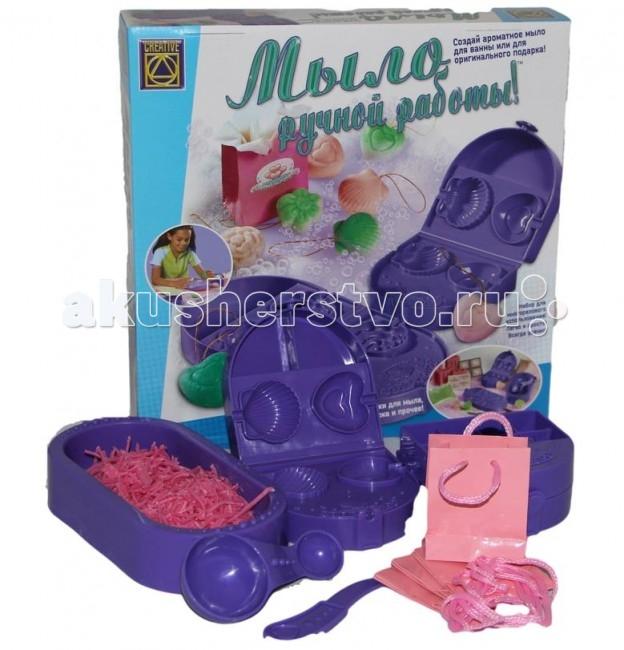 Creative Набор Веселое мыловарениеНабор Веселое мыловарениеCREATIVE 5290 Веселое мыловарение.  Израильская компания Creative занимается производством игрушек для детского творчества уже не один десяток лет, её продукция приобрела известность и популярность во многих странах мира. Над разработкой, концепцией и дизайном выпускаемых игрушек работает целая группа психологов, преподавателей и учёных.   Каждая игрушка или набор производится из высококачественных материалов и при помощи самых современных технологий. В то же время тщательно соблюдаются все требования к безопасности игрушек при их использовании. Продукция компании Creative создана, чтобы помогать ребёнку развиваться в интеллектуальном плане, а также получать удовольствие от игры.   Процесс приготовления 4 кусочков мыла: ВНИМАНИЕ! Перед началом работы внимательно прочитай инструкции.  Положите перед собой миску для перемешивания, две открытые формы и стакан воды. Разделите на 4 части полиэтиленовую плёнку (она поможет извлечь мыло из формочки) и поместите её на открытые формы в углубления. Положите пакет со стружкой из мыла возле миски для перемешивания. Воспользуйтесь большой стороной мерной ложки, и насыпьте в миску для перемешивания 4 ложки стружки из мыла. Так же воспользуйтесь маленькой стороной мерной ложки и добавьте в миску для перемешивания 2,5 ложки воды.  Внимание! Если захотите сделать только 2 мыла, то используйте половину количества данного материала указанного выше. Перемешайте стружку из мыла с водой до получения однородной массы. Распределите полученную мыльную смесь в углубление формочек на равные части, не переходя за пределы края и вдавите нажатием пальцев во внутрь формочки. Затем возьмите золотистую верёвочку и разрежьте её пополам, в конце каждой завяжите узел, образуя петлю. Положите узел от петли в проём углубления формочек. Проделайте те же действия с остальным подготовленным материалом. Закройте форму и сдавите обе её стороны. Если мыло выльется за пределы границ формочек, не волнуй