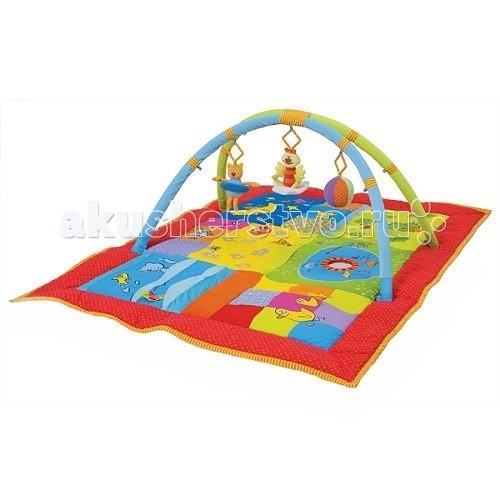 Развивающий коврик Taf Toys 2 в 1 109452 в 1 10945Детский развивающий коврик 10945 от Taf Toys поможет малышу играть, сидя или лежа на полу. Коврик очень теплый, изготовлен из экологически чистых материалов и ярко оформлен. Играя на коврике, ребенок точно не простудится!  Все вышитые персонажи на коврике – не просто картинки. С ними можно играть! Картинки разделены на зоны-квадраты. Например, квадратик с изображением моря имитирует морскую жизнь. Здесь есть волна из шуршащей ткани и подпрыгивающая рыбка. Также, на коврике есть пластмассовые кольца, забавная пищалка, безопасное зеркальце.  В комплект входят две мягкие дуги, которые можно прикрепить над ковриком. На них вешаются мягкие игрушки из набор – это вибрирующая кошечка, музыкальная птичка, мячик со звуком колокольчиков.  Дуги легко закрепляются с помощью специальных крючков, которые находятся с тыльной стороны коврика, и ребенок не имеет к ним доступа.  Развивающий коврик 2 в 1 – великолепный игровой центр для самых маленьких!  В наборе входят:  2 дуги 3 мягкие игрушки, которые можно повесить на дуги Это музыкальная птичка, вибрирующая кошечка, мячик со звуком колокольчиков На коврике яркие картинки, многие из них интерактивны Шуршащая волна, выпрыгивающая рыбка, квадратик-пищалка, пластмассовые кольца, безопасное зеркальце.  Коврик плотный, сшит из гипоалергенных материалов.  Размеры коврика – 100х150 см.<br>