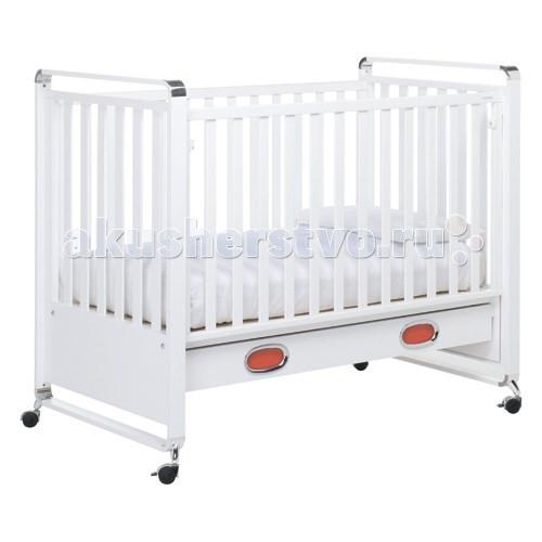 Детская кроватка Foppapedretti Jazz LettinoJazz LettinoОригинальная кровать Jazz Lettino, она наполнит любую детскую и оживит ее интерьер, а также подарит Вашему малышу самые сладкие и спокойные сны. Кроватка оснащена уникальным механизмом, позволяющим легким движением руки задвигать ее переднюю стенку под днище и прятать ее там, таким образом, превращая кроватку в уютный диванчик. Выполненная в стиле коллекции Foppapedretti Jazz Lettino, кроватка будет идеально сочетаться со всеми остальными элементами серии.  Характеристики: предназначена с рождения до 5 лет натуральный массив дерева, высококачественный ДСП обработана специальным материалом (резина или пластик), который позволяет ребенку не прогрызть и не испортить ее, вся обработка абсолютно безопасна надежная и устойчивая конструкция, все края закруглены для большей безопасности ребенка ортопедическое дно, обеспечивает правильное положение спины малыша автостенка с уникальным механизмом, позволяющим одной из стенок кровати легким движением «заехать» под ее днище, т.е. стенку не надо снимать, опускать - она может спрятаться под днищем кровати большой, вместительный, выдвижной ящик, расположен в основании кровати, оснащен доводчиками, металлическими направляющими и оригинальными ручками эргономичной формы 4 колеса поворотные, два – оснащены стопорами яркий и оригинальный дизайн, выполнена в стиле коллекции Foppapedretti Jazz Lettino, идеально впишется в интерьер любой современной детской комнаты  Размеры: (вxдxш) 109х134х78 см Размер спального места (дхш) 125х65 см<br>