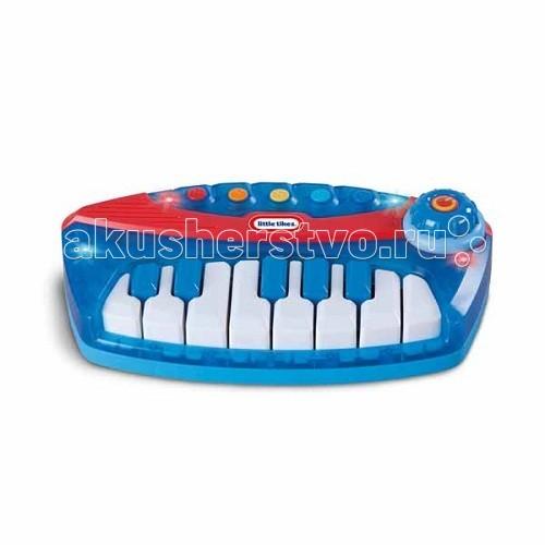 Музыкальная игрушка Little Tikes Пианино 626197Пианино 626197Игрушка Пианино 626197. Можно играть мелодии собственного сочинения или слушать музыку из памяти игрушки. Клавиатура пианино Little Tikes подсвечивается красными и синими огоньками.   Возможность переключения ладов: мажорный и минорный. 5 мелодий в памяти пианино. Кнопка 2 в 1 –включение/ выключение и контроль громкости звука.  Для работы игрушки требуются 3 батарейки АА.<br>