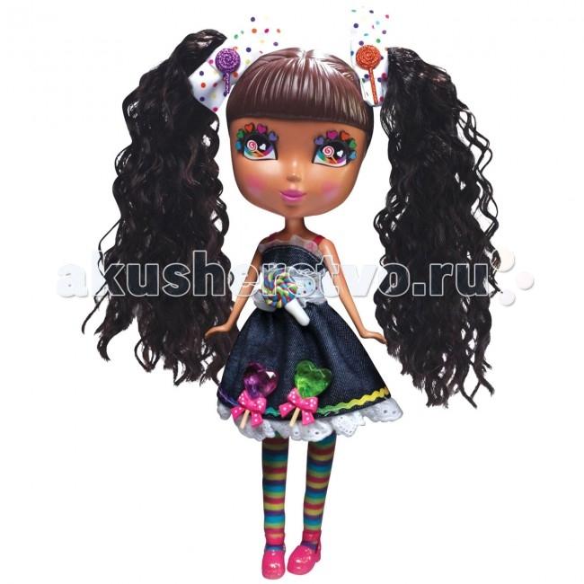 Jada Cutie Pops Dolls Набор Делюкс Кэнди с аксессуарамиCutie Pops Dolls Набор Делюкс Кэнди с аксессуарамиНабор Кьюти Попс Делюкс. Кукла Кэнди с аксессуарами.  Очаровательные Куклы Кьюти Попс Делюкс — новая линейка кукол!. Куклы с милыми личиками очень любят менять свой стиль, для этого они используют разнообразные аксессуары: бантики, хвостики, липучки на одежду. В комплекте Вы найдёте всё необходимое, чтобы создать для куклы новый неповторимый образ. У куклы Кэнди черные волосы и разноцветные ресницы и такие же яркие легинсы.  В наборе: 1 кукла в нарядном платье и колготках  1 пара открытых глаз на кукле  1 пара закрытых глаз дополнительно  1 набор бантиков  1 пара обуви на кукле  2 съемных хвостика  10 украшений-кнопочек в виде сладостей для платья и прически 6 на кукле, 4 дополнительных. Соберите всю коллекцию кукол Cutie Pops с аксессуарами и домашними животными!<br>