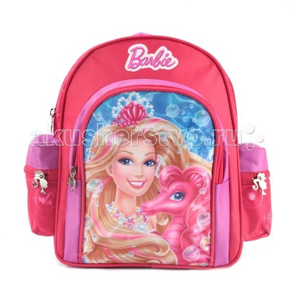 Играем вместе Рюкзак дошкольный стандарт BarbieРюкзак дошкольный стандарт BarbieИграем вместе Рюкзак дошкольный стандарт Barbie станет любимым аксессуаром юной модницы.   Особенности: В его вместительное отделение на молнии поместятся все необходимые вещи.  Внутри него есть две перегородки и большой сетчатый карман.  В наружный карман на молнии можно положить пенал или тетради, два боковых кармашка на резинке подойдут для мелких предметов.  Широкие ремни с мягкой прокладкой равномерно распределяют нагрузку на плечевой пояс и оберегают от натирания.  Благодаря регулируемым лямкам, рюкзак подойдет детям любого роста.  Мягкая ручка удобна для ношения аксессуара в руке. Светоотражающие элементы повышают безопасность ребенка на дороге в темное время суток.  Размеры: 28х26х9 см<br>