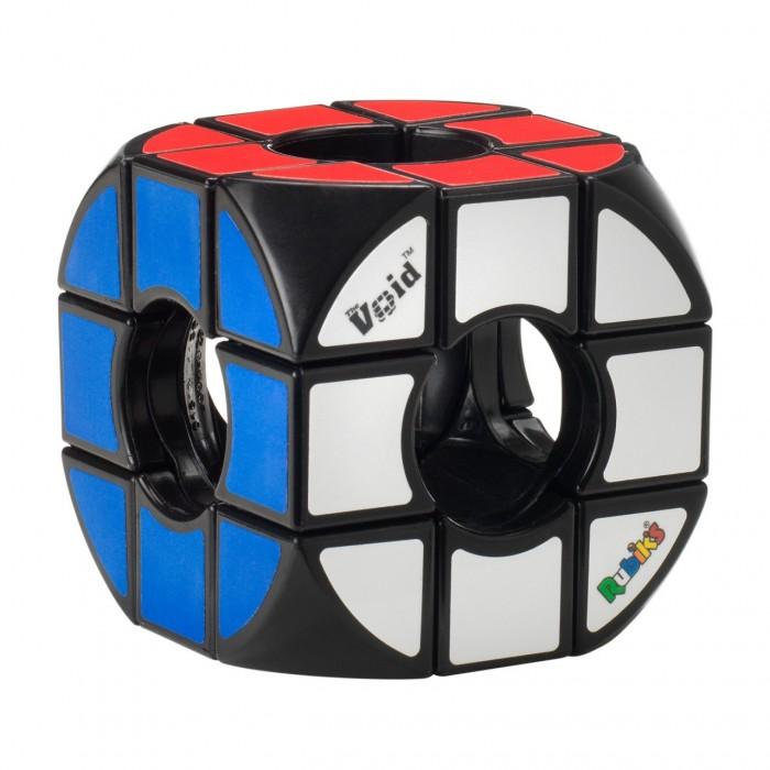 Рубикс Кубик Рубика Пустой VOID 3х3Кубик Рубика Пустой VOID 3х3Рубикс KP8620 Кубик Рубика Пустой VOID 3х3.  Головоломка VOID 3х3 относится к механическим головоломкам и внешне она похожа на кубик Рубика головоломку 3х3х3, с единственно разницей, что центральная часть в нем отсутствует. Именно поэтому она и имеет такое название Void, что значит пустота. Но суть головоломки таже - собрать кубик по цветам. Такая особенность конструкции добовляет сложность при решении задачи.  В связи с отсутствием центрального вращающего элемента в Void cube используется совершенно иной механизм перемещения, отличный от механизма кубика Рубика, но при этом сохраняя весь функционал вращения. В связи с невозможностью применения схемы сборки основанной на положении центрального квадрата алгоритм решения также другой.  Качество головоломки высокое, грани вращаются легко. Создание этой головоломки принадлежит изобретателю Кацухико Окамото (Katsuhiko Okamoto). В 2007 году головоломка Void завоевала главный приз на форуме IPP за лучший дизайн.<br>