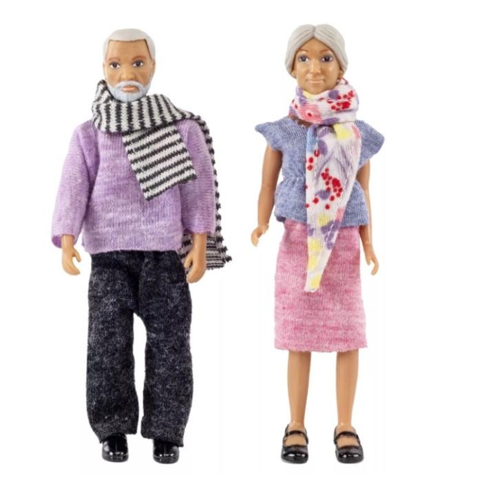 Lundby Смоланд Бабушка с дедушкойСмоланд Бабушка с дедушкойLundby Куклы для домика Смоланд Бабушка с дедушкой.  Шведская компания Lundby – одна из старейших в мире по производству кукольных домиков. Ее история началась в далеком 1945 году, когда супруги Томсен открыли семейное предприятие в родном городе Lundby Лундбю. Со временем производство значительно расширилось, а игрушки компании Lundby завоевали сердца покупателей во всем мире. Кукольные домики Lundby – это уменьшенные копии современных домов в масштабе 1:18. Серия Смолэнд – это основа, которую можно заполнить мебелью и деталями интерьера на свой собственный вкус: приобрести новый комплект мебели, поменять обои, повесить шторы. Также есть возможность расширить игровое пространство, достроив дополнительный этаж. Отдельно можно приобрести уличную зону в зимнем и летнем варианте.  Серия Стокгольм – это домик с элементами внешнего дизайна: верхней площадкой для барбекю, внутренним двориком и шикарным выдвижным бассейном. Разумеется, этот домик тоже можно обставить и украсить на свой вкус. Уникальная особенность домиков Lundby – возможность подключения настоящего освещения в комнатах! Эта опция приводит в восторг даже родителей, что уж говорить о детях. При этом оборудование полностью безопасно, что очень важно, когда речь идет о детских игрушках.   Освещение подключается очень легко: внутри домика имеется вся необходимая проводка – нужно просто установить светильники и подключить к питанию можно подключить до 36 единиц различного света. Элементы освещения и блок питания продаются отдельно в наборах. Мебель и детали интерьера выполнены с большим вниманием к деталям, выглядят очень достоверно и гармонируют между собой. Чтобы поменять обои в домике, нужно скачать их с сайта компании в pdf-формате, распечатать на цветном принтере, вырезать и наклеить.  Изделия Lundby изготавливаются из качественных и абсолютно безвредных материалов. Домики выполнены из прочной пластмассы, которая не содержит экологически вредных пла