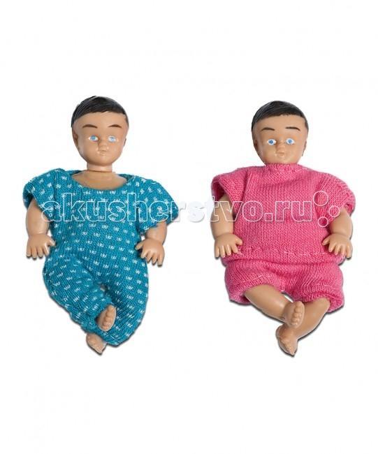 Lundby Кукла Смоланд МалышиКукла Смоланд МалышиLundby Куклы для домика Смоланд Малыши.  Шведская компания Lundby – одна из старейших в мире по производству кукольных домиков. Ее история началась в далеком 1945 году, когда супруги Томсен открыли семейное предприятие в родном городе Lundby Лундбю. Со временем производство значительно расширилось, а игрушки компании Lundby завоевали сердца покупателей во всем мире. Кукольные домики Lundby – это уменьшенные копии современных домов в масштабе 1:18. Серия Смолэнд – это основа, которую можно заполнить мебелью и деталями интерьера на свой собственный вкус: приобрести новый комплект мебели, поменять обои, повесить шторы. Также есть возможность расширить игровое пространство, достроив дополнительный этаж. Отдельно можно приобрести уличную зону в зимнем и летнем варианте.  Серия Стокгольм – это домик с элементами внешнего дизайна: верхней площадкой для барбекю, внутренним двориком и шикарным выдвижным бассейном. Разумеется, этот домик тоже можно обставить и украсить на свой вкус. Уникальная особенность домиков Lundby – возможность подключения настоящего освещения в комнатах! Эта опция приводит в восторг даже родителей, что уж говорить о детях. При этом оборудование полностью безопасно, что очень важно, когда речь идет о детских игрушках.   Освещение подключается очень легко: внутри домика имеется вся необходимая проводка – нужно просто установить светильники и подключить к питанию можно подключить до 36 единиц различного света. Элементы освещения и блок питания продаются отдельно в наборах. Мебель и детали интерьера выполнены с большим вниманием к деталям, выглядят очень достоверно и гармонируют между собой. Чтобы поменять обои в домике, нужно скачать их с сайта компании в pdf-формате, распечатать на цветном принтере, вырезать и наклеить.  Изделия Lundby изготавливаются из качественных и абсолютно безвредных материалов. Домики выполнены из прочной пластмассы, которая не содержит экологически вредных пластификаторов или других 