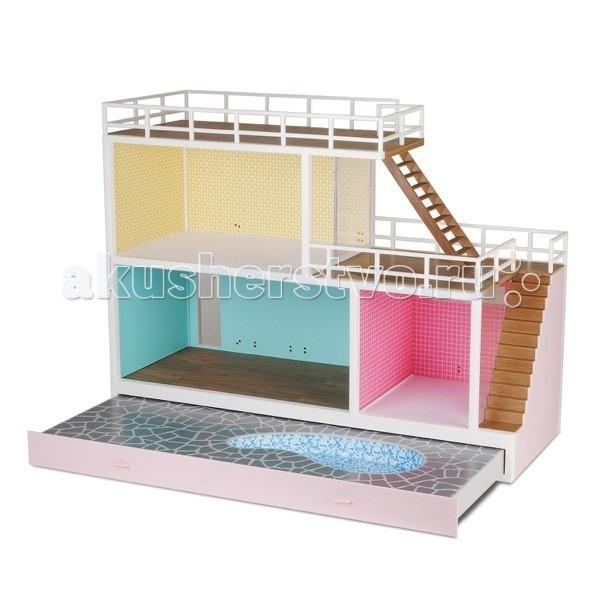 Lundby Стокгольм Кукольный домик с выдвигающимся бассейном с подключением светаСтокгольм Кукольный домик с выдвигающимся бассейном с подключением светаLundby Кукольный домик Стокгольм с выдвигающимся бассейном с подключением света.  Шведская компания Lundby – одна из старейших в мире по производству кукольных домиков. Ее история началась в далеком 1945 году, когда супруги Томсен открыли семейное предприятие в родном городе Lundby Лундбю. Со временем производство значительно расширилось, а игрушки компании Lundby завоевали сердца покупателей во всем мире. Кукольные домики Lundby – это уменьшенные копии современных домов в масштабе 1:18. Серия Смолэнд – это основа, которую можно заполнить мебелью и деталями интерьера на свой собственный вкус: приобрести новый комплект мебели, поменять обои, повесить шторы. Также есть возможность расширить игровое пространство, достроив дополнительный этаж. Отдельно можно приобрести уличную зону в зимнем и летнем варианте.  Серия Стокгольм – это домик с элементами внешнего дизайна: верхней площадкой для барбекю, внутренним двориком и шикарным выдвижным бассейном. Разумеется, этот домик тоже можно обставить и украсить на свой вкус. Уникальная особенность домиков Lundby – возможность подключения настоящего освещения в комнатах! Эта опция приводит в восторг даже родителей, что уж говорить о детях. При этом оборудование полностью безопасно, что очень важно, когда речь идет о детских игрушках.   Освещение подключается очень легко: внутри домика имеется вся необходимая проводка – нужно просто установить светильники и подключить к питанию можно подключить до 36 единиц различного света. Элементы освещения и блок питания продаются отдельно в наборах. Мебель и детали интерьера выполнены с большим вниманием к деталям, выглядят очень достоверно и гармонируют между собой. Чтобы поменять обои в домике, нужно скачать их с сайта компании в pdf-формате, распечатать на цветном принтере, вырезать и наклеить.  Двухэтажный современный дом для кукол из сери
