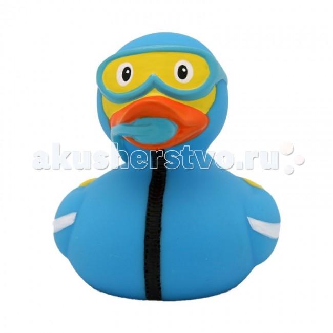 FunnyDucks Игрушка для купания Уточка ДайверИгрушка для купания Уточка ДайверFunnyDucks Уточка Дайвер.  Уточки среди водоплавающих игрушек всегда занимали почетное лидирующее место. Трудно выдумать что-то новое в этом море желтого очарования. Вот разве что наделить каждую игрушку своим характером и образом. Трогательные, яркие, забавные резиновые уточки наверняка понравятся малышам. С ними можно купаться, использовать в повседневных играх, как на улице, так и дома.  Устраивайте импровизированный театр, изучайте профессии, учитесь считать, придумывайте вместе с ребенком истории, а уточки сделают процесс обучения более радостным и увлекательным. Размер уточек 8*8 см. Они рекомендованы детям с 3 лет, но под присмотром взрослых их можно использовать с пеленок.Даже взрослых эти прикольные уточки заставят улыбнуться. Причем каждый покупатель выберет из представленного ряда забавных образов тот, который он сможет подарить друзьям или коллегам, для того что бы поднять им настроение.  Уточки любят компанию, и вы сможете подобрать к каждому образу целую серию на все случаи жизни: скейтбордист, байкер, футболист, дайвер, ныряльщик, музыкант, жених с невестой и детки, семья эскимосов, уточка, которая поздравляет с днем рождения и много других. Из серии профессии: утка-доктор, утка-медсестра, утка-пожарный, -повар, -пекарь, -следопыт, -ученый, -пилот и стюардесса.  Киношные и мультяшные персонажи: резиновая уточка пчелка Майя и Вилли, Спиди-гонщик, Принцесса лягушка, пираты, рыцари, Дракула, Скелет, Шерлок Холмс, семья уток Супергероев, Спайдермэн и утка-Бэтмен.Утки в виде животных и даже цветов: Божья коровка, Буренушка, Кошка и утка-подсолнух. Большие уточки 23 см выглядит эксклюзивно и восхитительно. С такой, почти настоящей по размеру уткой можно купаться не только в ванной, а также в домашнем бассейне или пруду.Уточки изготовлены из безопасных материалов. На воде держатся ровно, голова не перевешивает, на бок не заваливаются. При нажатии издают негромкий пищащий звук.  Опис