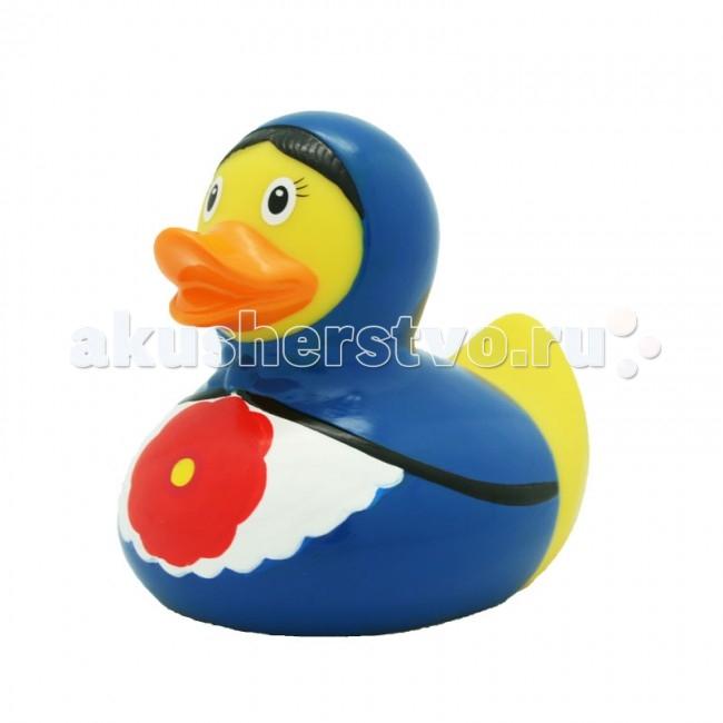 LiLaLu Игрушка для купания Уточка русская красавица в синемИгрушка для купания Уточка русская красавица в синемLaLuLi Уточка русская красавица в синем.  Уточки среди водоплавающих игрушек всегда занимали почетное лидирующее место. Трудно выдумать что-то новое в этом море желтого очарования. Вот разве что наделить каждую игрушку своим характером и образом. Трогательные, яркие, забавные резиновые уточки наверняка понравятся малышам. С ними можно купаться, использовать в повседневных играх, как на улице, так и дома.  Устраивайте импровизированный театр, изучайте профессии, учитесь считать, придумывайте вместе с ребенком истории, а уточки сделают процесс обучения более радостным и увлекательным. Размер уточек 8*8 см. Они рекомендованы детям с 3 лет, но под присмотром взрослых их можно использовать с пеленок.Даже взрослых эти прикольные уточки заставят улыбнуться. Причем каждый покупатель выберет из представленного ряда забавных образов тот, который он сможет подарить друзьям или коллегам, для того что бы поднять им настроение.  Уточки любят компанию, и вы сможете подобрать к каждому образу целую серию на все случаи жизни: скейтбордист, байкер, футболист, дайвер, ныряльщик, музыкант, жених с невестой и детки, семья эскимосов, уточка, которая поздравляет с днем рождения и много других. Из серии профессии: утка-доктор, утка-медсестра, утка-пожарный, -повар, -пекарь, -следопыт, -ученый, -пилот и стюардесса.  Киношные и мультяшные персонажи: резиновая уточка пчелка Майя и Вилли, Спиди-гонщик, Принцесса лягушка, пираты, рыцари, Дракула, Скелет, Шерлок Холмс, семья уток Супергероев, Спайдермэн и утка-Бэтмен.Утки в виде животных и даже цветов: Божья коровка, Буренушка, Кошка и утка-подсолнух. Большие уточки 23 см выглядит эксклюзивно и восхитительно. С такой, почти настоящей по размеру уткой можно купаться не только в ванной, а также в домашнем бассейне или пруду.Уточки изготовлены из безопасных материалов. На воде держатся ровно, голова не перевешивает, на бок не заваливаются.
