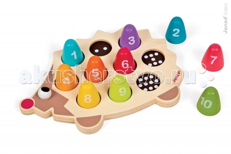 Сортер Janod с цифрами Ежикс цифрами ЕжикJanod Сортер с цифрами Ежик.  Играя, ребенок повторяет основные цвета, учится обобщать и считать, изучать материал и форму.Забавный ёжик с малиновым носом покрыт разноцветными пронумерованными иголками, для каждой из которых определена своя ячейка. В ячейках проставлены точки, количество которых соответствует номеру иголки - это для изучения цифр и счета. Все иголки отличаются по цвету. Используются основные цвета и оттенки: зеленого, желтого, красного и синего.  Покажите ребенку как правильно расставить каждую иголку на свое место. Совместная игра может быть более увлекательной, если вы расскажите малышу об этом удивительном лесном животном, прочитаете стишок или небольшую сказку о ежиках.  Французский производитель Janod позаботился о том, что бы сделать эту игрушку наиболее привлекательной и безопасной для малышей. Игрушка выполнена из дерева и окрашена безопасными красками на водной основе. Самые натуральные и безопасные игрушки для малышей и детей постарше премиум-класса.  Все игрушки и игровые наборы сделаны из натуральной древесины или картона. Безопасные для контакта с ребенком краски на водной основе. грушки выставляют на международных выставках под маркой green toys зеленые игрушки, т.е. экологически безопасные Изысканный французский дизайн ревосходное качество - необыкновенно гладкая и приятная поверхность Нежное и красивое сочетание цветов<br>