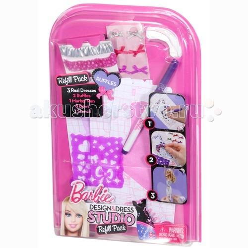 Barbie Дополнительный набор Модная дизайн-студияДополнительный набор Модная дизайн-студияBarbie Дополнительный набор Модная дизайн-студия   С этим набором ваш ребенок сможет почувствовать себя настоящим дизайнером и стилистом! Ведь здесь есть заготовки для платья и все необходимое, чтобы создать неповторимый наряд!   Возьмите заготовку платья, они спрессованы и находятся в конвертиках, и таким образом напоминают открытки. Это сделано специально для удобства рисования на них. А теперь фантазируйте! Приклейте стикеры с помощью воды, кружева, рисуйте маркером и прочее. Когда все будет готово, нужно просто вытащить платье из конверта и придать ему объем, расправив все слои. Без ножниц и иголки - наряд готов! Можно идти на дискотеку!   Всего из одного набора можно сделать 3 платья.  В ассортименте<br>