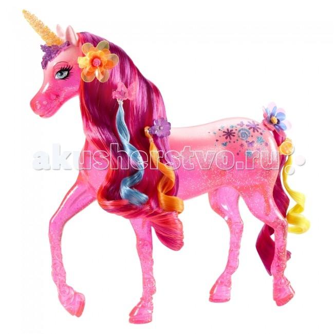 Barbie Волшебный Единорог БарбиВолшебный Единорог БарбиBarbie Волшебный Единорог Барби обязательно понравится маленьким любительницам мультфильма Потайная дверь, и позволит девочкам разыгрывать сценки из этого мультика.   Особенности: Этот полупрозрачный розовый единорог обладает яркой густой гривой, которую можно расчесывать специальной щеточкой (в комплекте) и заплетать косички.  В наборе также есть две разноцветные заколки в форме цветочка и бабочки, а также цветные пряди волос, которые юные модницы могут не только вплетать в гриву единорогу, но и украсить ими собственную прическу.<br>