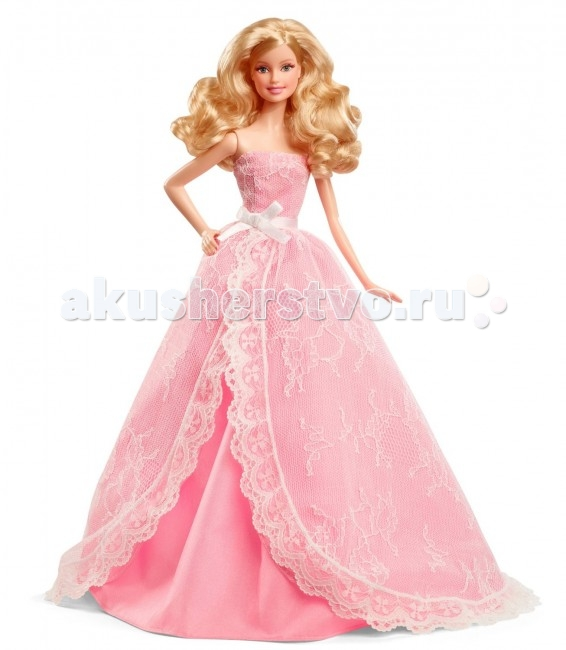 Barbie Кукла Пожелания ко дню рожденияКукла Пожелания ко дню рожденияКукла Barbie Пожелания ко дню рождения — коллекционная кукла и оформлена соответствующе. Барби упакована в подарочную коробку на которой есть место для написания пожелания человеку, которому ее дарят.  Особенности: Одета кукла в пышное нежно-розовое платье, которое выглядит по-настоящему воздушным из-за обилия кружев.  Платье сшито очень аккуратно, а его качество поражает.  У куклы изящное лицо, вечерний макияж с блестящими тенями на веках и помада в тон платью.  В ее уши вставлены сережки-жемчужины. Волосы Барби завиты в крупные локоны и тщательно уложены. Барби входит в серию коллекционных кукол с лейблом pink. Это значит, что она достаточно часто встречается и станет отличным приобретением для начинающего коллекционера.<br>