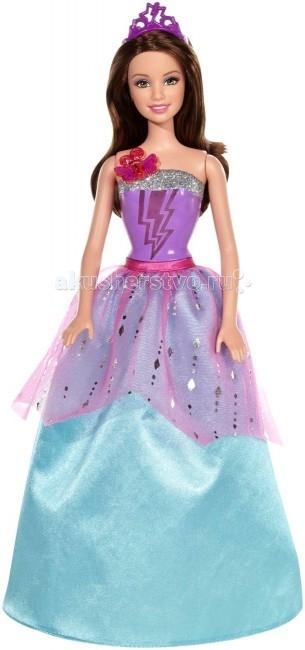 Barbie Кукла Супер-Принцесса КоринКукла Супер-Принцесса КоринКукла Barbie Супер-Принцесса Корин создана по мотивам одноименного мультфильма «Барби: Супер Принцесса» о приключениях современных принцесс Кары и ее сестры Корин. По сюжету мультика Корин получает суперспособности поцеловав волшебную бабочку, после чего она соперничает со своей сестрой, а затем уже они вместе противостоят злодеям.  Особенности: Кукла Барби Корин одета в шикарное и очень пышное сине-феолетовое платье с серебристой оторочкой сверху и большой брошкой в виде бабочки. Прическа куклы красиво уложена, а фиолетовая диадема не дает ей испортиться.  Корсет Корин украшен рисунком в виде молний. Нажми на бабочку-брошку, которая на самом деле является кнопкой, ты услышишь мелодичный звук, а молнии начнут светиться! Как у всех кукол Барби, у принцессы Корин подвижны ноги и руки, они сгибаются в нескольких положениях. Сама кукла установлена на специальную подставку и без нее стоять не может. С этой куклой-супергероиней можно разыгрывать любимые сцены или придумать новые интересные приключения!  В комплекте: кукла заколки платье диадема<br>