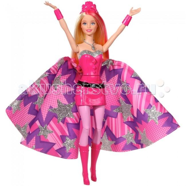 Barbie Кукла Супер-Принцесса КараКукла Супер-Принцесса КараКукла Barbie Супер-Принцесса Кара создана по мотивам одноименного мультфильма о приключениях современной принцессы Кары и ее сестры. Суперспособности, умение летать и превращаться в супер принцессу, Кара получила после того как ее поцеловала волшебная бабочка.  Особенности: Кукла Барби Кара одета в шикарное розовое платье, однако как только кому то потребуется ее помощь, ее наряд меняется в одно мгновение!  Для смены одежды нажми на кнопку на пряжке корсета и шикарное платье превратится в красивый наряд супергероини!  Платье превращается в своеобразное крыло, которое помогает Каре летать. Вся одежда супер принцессы Кары розового цвета: высокие сапожки, корсет с серебристой каймой, юбка с черным поясом.  На шее у Кары ожерелье с ее супергеройским знаком - серебристой молнией. Розовая тиара украшающая куклу барби Кару так же преобразовывается становясь маской скрывающей личность супергероини Кары. Как у всех кукол Барби, у принцессы Кары подвижны ноги и руки, они сгибаются в нескольких положениях.  С этой куклой-супергероиней можно разыгрывать любимые сцены или придумать новые интересные приключения!<br>