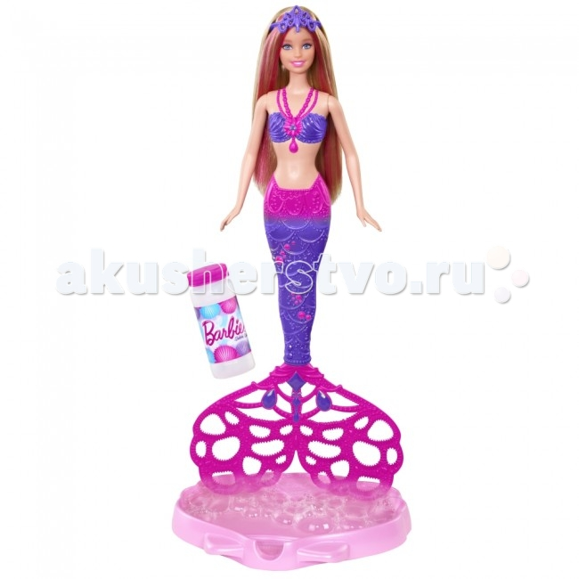 Barbie Кукла Русалочка с волшебными пузырькамиКукла Русалочка с волшебными пузырькамиКукла Barbie Русалочка с волшебными пузырьками - необычайно яркая и по-настоящему волшебная игрушка, игра с которой подарит массу незабываемых впечатлений и эмоций!  Особенности: У куколки светлые волосы с розовыми прядями, которые можно расчесывать специальным гребешком, идущим в комплекте.  На голове Русалочки Барби фиолетовая диадема, а на шее красивое розовое ожерелье. Вместе с куклой Barbie в комплекте есть специальная емкость в виде ракушки, в которую нужно наливать мыльный раствор. Небольшой флакончик раствора так же есть в наборе, поэтому увлекательную игру можно начинать сразу же после распаковки игрушки! Налейте раствор в емкость, на мгновение опустите в нее хвостик русалки, а затем, держа игрушку вертикально, потяните за кольцо, расположенное на спине Barbie Русалочки с волшебными пузырьками! Хвостик начнет крутиться, тем самым эффектно создавая вокруг себя огромное количество мыльных пузырьков, которые так нравятся детям!  Обратите внимание: Для работы игрушки не требуются батарейки! Раскручивание хвостика происходит механическим путем. После того, как мыльный раствор, входящий в комплект, закончится, вы с легкостью можете сделать раствор сами. Или же можно воспользоваться раствором из тюбиков с любыми обычными мыльными пузырями.  В комплекте: кукла Барби гребешок диадема формочка бутылочка мыльного раствора<br>