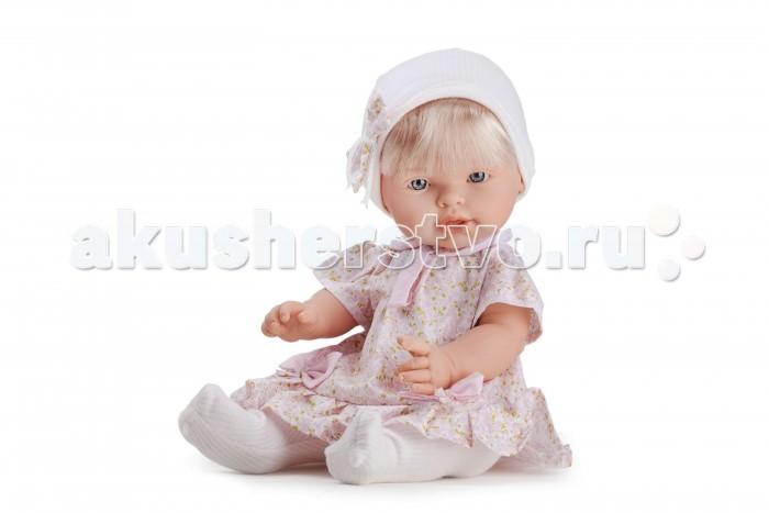 Dnenes/Carmen Gonzalez Пупс Нила 48 см 34311Пупс Нила 48 см 34311Dnenes/Carmen Gonzalez Кукла Нила, 48 см.  Очень красивая кукла-пупс испанского производителя традиционных кукол для детей Dnenes.Высота куклы - 48 см.Кукла одета в нарядное светлое платье в мелкий цветочек. У платья-трапеции короткие рукава-фонарики, отложной воротник и застежка - «липучка» на спине. Низ платья декорирован оборкой. Воротник, планка на груди и два бантика на юбке выполнены из розовой ткани.  На голове у куклы трикотажная шапочка с отворотом, украшенная бантом из той же ткани, что и платье.На ножки одеты белоснежные колготки из плотной и мягкой ткани с вертикальными рельефными полосками.Ножки имеют форму близкую к анатомической.Кукла не имеет запаха и обладает приятным тактильным эффектом. Кукла Carmen Gonzalez продается в красивой подарочной коробке с прозрачным окошком.  Кукла-пупс Нила  Тело  Твердый винил Волосы  Светлые, хорошо прошитые Глаза  Голубые, стеклянные, без ресничек, не закрываются Одежда  Высококачественный текстиль. Нарядное светлое платье в цветочек  Головной убор  Трикотажная шарочка с бантом из ткани Детали  Белые трикотажные колготки Обувь  Нет Дизайн  Изысканный. Детали лица, рук и ножек великолепно проработаны Упаковка  Красивая подарочная коробка с прозрачным окошком.<br>