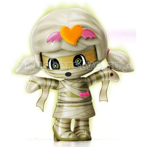 Famosa Пинипон Monster МумияПинипон Monster МумияКукла Famosa Пинипон Monster Мумия - новая серия кукол Monster поможет немного встряхнуть ваш уютный мир Пинипон. Веселые и пугающие куколки выполнены в стилистке Хеллоиун, лучших традициях фильмов ужасов и веселых костюмированных праздников.   Настоящее обличье монстра, по традиции, можно увидеть только с наступлением ночи. В темноте вы увидите, как светятся белые части на одежде ваших кукол из серии Monster: они покрыты фосфоресцирующей краской.  Как и другие куклы серии Pinypon, монстрики умеют менять выражения лиц. Для этого снимите волосы куклы и поверните голову на 180 градусов, затем снова наденьте волосы – новая мордашка готова!  Игрушка предназначена для детей старше 4 лет.  В наборе: кукла и два аксессуара.<br>