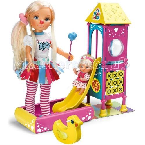 Famosa Игровая площадка НэнсиИгровая площадка НэнсиFamosa Игровая площадка Нэнси - Нэнси просто обожает свою маленькую сестренку! Во время каникул девочки проводят вместе весь день, много бывают на свежем воздухе, Нэнси присматривает за малышкой на детской площадке.   В наборе вы найдете двух кукол – Нэнси в великолепной разноцветной юбке и полосатых чулках, а также малышку в розовом платье. Кроме того, здесь есть все, чтобы построить детскую площадку. Игровой комплекс с лесенкой, горкой, окном-иллюминатором, лазом в нижнем ярусе и переворачивающимися табличками для игры в крестики-нолики создан для развлечений. Пусть малышка скатывается с горки в бассейн, наполненный пластиковыми шариками, это так весело!   Помимо игрового комплекса на детской площадке есть качели-уточка, а Нэнси берет с собой на прогулку маленький воздушный шар в виде сердца и клоунский нос. Все вышеперечисленное вы найдете в красивой коробке, оформленной в стиле Nancy.   Эта кукла Нэнси может стоять сама, как и другие представительницы данной линейки. У нее двигаются руки и ноги.  Игрушка предназначена для девочек старше 3 лет.<br>