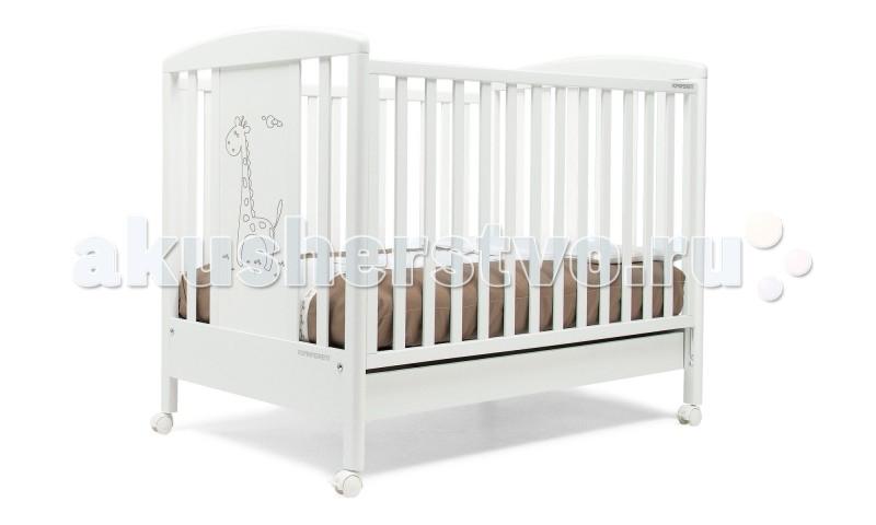 Детская кроватка Foppapedretti RaffyRaffyДетская кровать Foppapedretti Raffy – это современные технологии и высокое качество материалов для самого комфортного и безопасного сна вашего малыша.  Для удобства мамы, боковая стенка кровати регулируется в двух положениях по высоте. Кроватка оснащена вместительным двухсекционным ящиком и прорезиненными колесиками с фиксаторами для ее легкого перемещения.  Отсутствие острых углов и идеальная обработка каркаса, современные экологически чистые материалы в соответствии с европейскими стандартами безопасности подарят малышу самые сладкие сны. А очаровательный жираф на фасаде кровати украсит детскую комнату и наполнит ее уютом!  Особенности:  Каркас кровати выполнен из сертифицированного массива бука – прочного и долговечного материала, лучшего для малыша первых лет жизни. Он покрыт специальными нетоксичными лаком и красками, полностью безопасными для ребенка.  Передняя стенка кровати легко регулируется в двух вариантах по высоте с помощью механизма «автостенка». Кровать подходит для матраса размером 125x65 см и толщиной до 12 см. Кроватка имеет большой удобный выдвижной ящик с двумя отделениями для хранения предметов, необходимых для ухода за ребенком. Мобильность модели обеспечивают четыре поворотных резиновых колеса, не царапающие поверхность пола. Для установки в неподвижном положении на двух из них имеются стопоры. Кровати Foppapedretti соответствуют самым строгим европейским стандартам безопасности, имеют жесткую систему контроля качества. В них отсутствуют мелкие детали, которые могут быть случайно проглочены ребенком, закруглены углы и края, тщательно рассчитано безопасное расстояние между прутьями. Кровати испытаны с использованием статических и движущихся объектов, что гарантирует их устойчивость даже для самых подвижных малышей. Подъем и опускание подвижной стороны кровати требует двойного действия, которое может быть выполнено только взрослыми людьми и полностью безопасно для малыша. Нежный дизайн коллекции Raffy иде