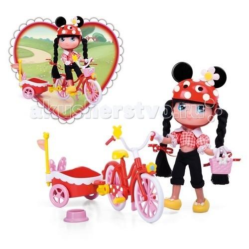 Famosa Кукла Минни с велосипедомКукла Минни с велосипедомКукла Famosa Минни с велосипедом - отправляется на велосипедную прогулку. Ее велосипед выполнен в стиле знаменитой подружки Микки Мауса – Минни – красный цвет с рюшками и бантиками. В тележку можно посадить любимого питомца.   Куколка Минни одета в костюм черно-красного цвета.   Набор рекомендован для детей от 3-х лет.<br>