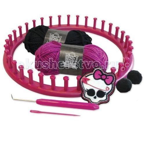 Fashion Angels Набор для вязания шапочки Школа монстровНабор для вязания шапочки Школа монстровFashion Angels Набор для вязания шапочки Школа монстров - хотите научиться вязать собственные вещи в стиле Monster High? Этот набор для творчества вам поможет. Воспользовавшись обручем для вязания, который входит в комплект, вы легко и быстро сможете связать прикольную шапочку.   Также в набор входит удобный крючок, с помощью которого очень легко освоить технику вязания.. Завершить создание шапочки можно при помощи двух помпонов, которые можно пришить в виде небольших ушек.  В комплекте:  обруч для вязания крючок игла и булавка два помпона нашивка два мотка пряжи красного и черного цветов руководство.  Рекомендуется для детей от 7 лет.<br>