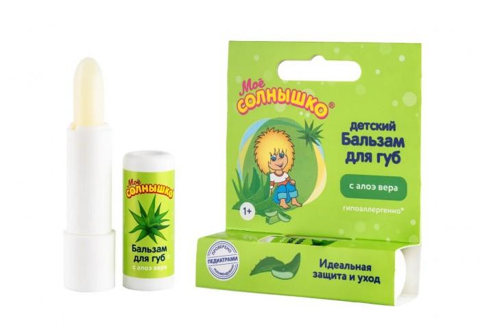 Моё солнышко Бальзам для губ алоэ 2.8 гБальзам для губ алоэ 2.8 гМое солнышко Бальзам для губ алоэ для ежедневного ухода за нежной кожей губ ребенка. Бальзам для губ Мое солнышко - идеальное средство как для детей, так и для взрослых.   Особенности: Эффективный и гипоаллергенный состав бальзама прекрасно смягчает нежную кожу губ и тщательно за ней ухаживает.  Даже в непогоду кожа губ остаётся здоровой, мягкой и нежной. Приятный фруктовый аромат понравится и малышу и взрослому.  Клинически проверено и рекомендовано ФГУ «МНИИ Педиатрии и детской хирургии Минздрава России». Экстракт календулы обеспечивает противовоспалительное и заживляющее действие;  Витамин Е защищает губы от неблагоприятного воздействия окружающей среды и солнечных лучей.<br>