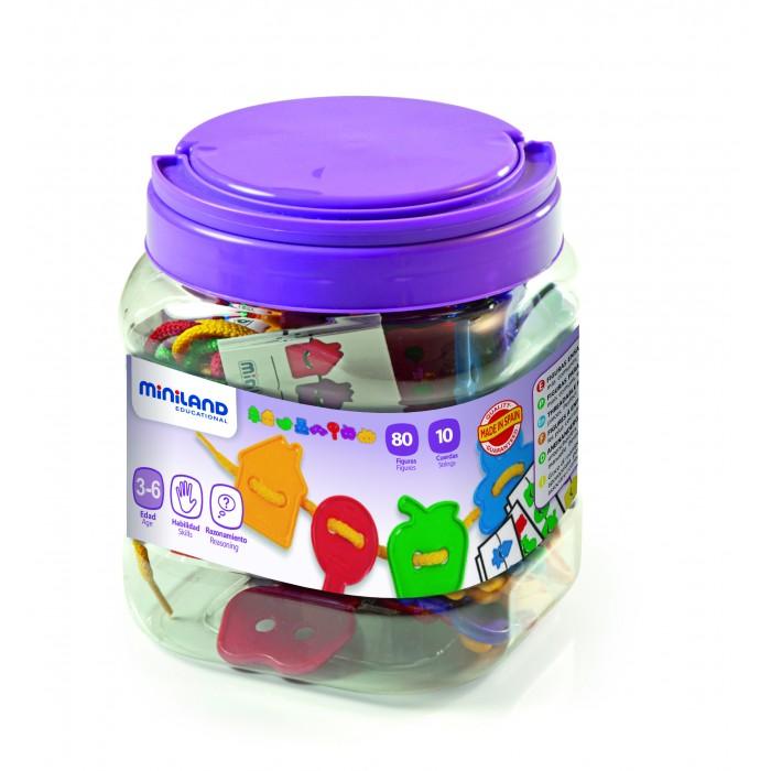 Развивающая игрушка Miniland Шнуровка фигуры 25 мм 100 шт.Шнуровка фигуры 25 мм 100 шт.Набор для нанизывания в практичном пластиковом контейнере.   В наборе 100 различных фигур 8-ми видов 4-х цветов, 10 метровых шнуров, карточки с заданиями для формирования навыков классификации и изучения цвета.  Ребенок без особого труда сможет самостоятельно выполнить предложенное ему задание. Такая увлекательная игра привьет ему любовь к волшебному миру математики.  Вся продукция Miniland выполнена из качественных, безопасных материалов, которые проходят строгий контроль соответствия действующим нормам безопасности.<br>