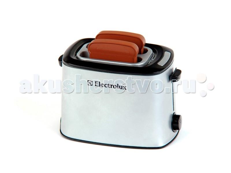 Klein Тостер со звуковыми эффектами ElectroluxТостер со звуковыми эффектами ElectroluxДетский тостер Electrolux от немецкого производителя игрушек Klein - абсолютная копия настоящего тостера, которая разнообразит сюжетно-ролевые игры вашей девочки на ее игрушечной кухне.  Игрушка выполнена в виде тостера серебристого цвета с двумя пластиковыми кусочками хлеба, входящими в комплект. Вставьте кусочки хлеба в тостер и, когда время закончится, раздастся звонок и тосты сами выпрыгнут из тостера.  Благодаря этому замечательному тостеру ваша малышка не только будет помогать маме с приготовлением в игровой форме, но и в дальнейшем приучиться к порядку и в будущем легко освоит взрослую технику.  История немецкой компании Theo Klein, известной во всем мире благодаря высокому качеству игрушек и их образовательной ценности, не похожа на историю других игрушечных компаний. Ведь Тео Кляйн и его жена Мария основали компанию в 1949 году как семейную фабрику по производству щеток и метел.  Началом истории успеха компании Klein стал выпуск в 1956 году метлы с яркими пластиковими щетинками, предназначенной для детей. А в 1959 году компания Klein уже впервые принимала участие в Нюрнбергской ярмарке игрушек, выставляя лишь три продукта: детскую метлу, щетку и металлическую лопатку. Они имели невероятный успех и позиционировались как игрушки, способствующие освоению детьми социальных правил и ролей в данном случае – помощников своих родителей. Вскоре компания окончательно изменила свой курс и начала заниматься производством игрушек.  Быстрая экспансия компании Theo Klein GmbH сопровождалась разработкой большого количества новых продуктов и непрерывным расширением существующего ассортимента. На сегодняшний день компания Klein, которую возглавляют сыновья Тео и Марии – Клаус-Дитер и Мартин, является крупнейшим в Европе производителем игрушек, имеющих обучающую ценность, и лидером во многих сегментах отрасли. Среди партнеров компании Theo Klein множество брендов с мировым именем: BOSCH, MIE