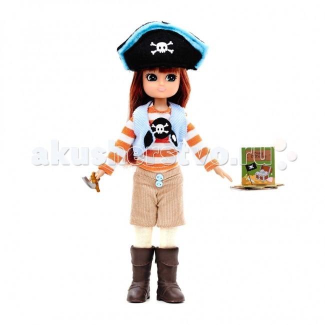 Lottie Кукла Лотти Королева пиратовКукла Лотти Королева пиратовГонка начинается у причала и заканчивается охотой за сокровищами на пляже Бухты Контрабандистов. Лотти прочитала историю о Грейс O Молли, которая жила в Ирландии в 16 веке. Отец Грейс был вождем клана ОМолли. Она выходила с ним в море и многому у него научилась. В последствии она управляла несколькими кораблями и сотнями мужчин. Она носила прозвище Королева пиратов.   Лотти в пиратском костюме: бежевые вельветовые шорты, украшенные голубыми пуговицами футболка с длинными рукавами в бело-оранжевую полоску, украшенная аппликацией с черепом и костями голубая вельветовая жилетка с белыми застежками на черном фоне черная пиратская шляпа с голубым кантом и изображением черепа с костями белоснежные колготки высокие коричневые пиратские сапоги с пряжками пиратский меч коллекция карт Грейс ОМолли креативная упаковка в виде подарочного пакетика с ручкой и прозрачным окошком  Рекомендовано психологами всего мира для правильного развития ребенка! Лотти создана по средним пропорциям 9 летней девочки. Увлекается тем, что подходит ее возрасту. Не носит каблуков и не красится, нет осиной талии и оформившейся груди. Волосы сделаны из высококачественного материала саран и пропитаны воском, чтобы не путались. Одежде уделено много внимания, удобные липучки. Высота Лотти - 18 см. 19 международных наград.<br>