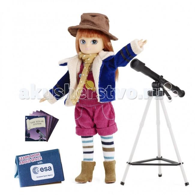 Lottie Кукла Лотти АстрономКукла Лотти АстрономСегодня холодная зимняя ночь и Лотти нашла идеальное место для наблюдения за звездным небом. Теплый жакет, шляпа, шарф и сапоги надежно защищают от сильного ветра, и Лотти сможет сосредоточиться на своем исследовании. Ей кажется, что она может видеть все пространство через призму своего телескопа. Величественное ночное небо наполнено мириадами звезд и Лотти, исследуя его, узнаёт больше о созвездиях и планетах. Если ей повезёт, она сможет увидеть падающую звезду!  Лотти изучает звездное небо: темно синяя бархатная куртка на меховой подкладке малиновый вельветовый комбинезон с изображением эмблемы спутника футболка с длинными рукавами коричневая широкополая шляпа бежевый шарф в белый горошек коричневые полусапожки веселые полосатые колготки телескоп и тренога карты звездного неба креативная упаковка в виде подарочного пакетика с ручкой и прозрачным окошком  Рекомендовано психологами всего мира для правильного развития ребенка! Лотти создана по средним пропорциям 9 летней девочки. Увлекается тем, что подходит ее возрасту. Не носит каблуков и не красится, нет осиной талии и оформившейся груди. Волосы сделаны из высококачественного материала саран и пропитаны воском, чтобы не путались. Одежде уделено много внимания, удобные липучки. Высота Лотти - 18 см. 19 международных наград.<br>