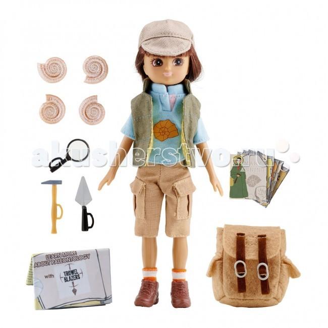Lottie Кукла Лотти АрхеологКукла Лотти АрхеологУ Лотти очень много интересов. Она любит природу, животных, путешествия, игры с друзьями на свежем воздухе. На Браунси много полезных мест, в которых хочется побывать. Лотти решает отправиться в археологическую экспедицию, чтобы изучить остров. Она хочет узнать какие полезные ископаемые есть на острове, какие живые организмы населяли его в прошлом.  У Лотти есть все необходимое снаряжение: молоток, лопатка, лупа, 4 ракушки, вместительный рюкзак. Рюкзак бежевого цвета имеет два внешних кармана, перекидной клапан с двумя застежками-ремнями и белыми пряжками. Костюм тоже соответствующий: голубая футболка с короткими рукавами, воротником-стоечкой и изображением ракушки на груди; жилетка цвета льна с подкладкой из желтой ткани в белый горошек с воротником-стоечкой; бежевые бриджи с большими накладными карманами; коричневые ботинки на шнурках с носками в оранжевую полоску.  Лотти на масштабных раскопках: голубая футболка с короткими рукавами жилетка цвета не выбеленного льна с подкладкой из желтой ткани в белый горошек бежевые бриджи с большими накладными карманами носки в оранжево-белую полоску коричневые ботинки на шнуровке молоток лопатка лупа 4 ракушки рюкзак креативная упаковка в виде подарочного пакетика с ручкой и прозрачным окошком  Рекомендовано психологами всего мира для правильного развития ребенка! Лотти создана по средним пропорциям 9 летней девочки. Увлекается тем, что подходит ее возрасту. Не носит каблуков и не красится, нет осиной талии и оформившейся груди. Волосы сделаны из высококачественного материала саран и пропитаны воском, чтобы не путались. Одежде уделено много внимания, удобные липучки. Высота Лотти - 18 см. 19 международных наград.<br>
