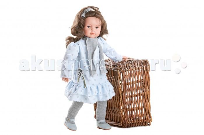 Dnenes/Carmen Gonzalez Кукла Паула в голубом платье с оборкой 52 смКукла Паула в голубом платье с оборкой 52 смБольшая и привлекательная кукла-девочка испанского производителя традиционных кукол для детей Dnenes. Высота куклы - 52 см.  Паула одета в бледно голубое трикотажное платье с серыми горошинами. Платье классического фасона имеет прямой силуэт, длинные рукава и застежку на спине. Низ платья украшают две пышные оборки. На шее у куклы шарфик из серого трикотажа. В дополнение к нему, подол платья декорирован цветком из той же ткани.  Прическу Паулы украшает голубой бант под цвет платья.  В комплект входят колготки из серого трикотажа.  На ножках одеты голубые туфельки с блестящими застежками.  Тело - Комбинированное: твердый винил, мягко набивные вставки Волосы - Каштановые, волнистые, хорошо прошиты Глаза - Карие, стеклянные, обрамлены ресничками, не закрываются Одежда - Высококачественный текстиль. Красивое трикотажное платье голубого цвета в горошек. Головной убор - Бант из той же ткани, что и платье Детали - Серые трикотажные колготки Обувь - Голубые кожаные туфельки с блестящими застежками Дизайн - Изысканный. Детали лица, рук и ножек великолепно проработаны.  Упаковка - Красивая подарочная коробка с прозрачным окошком.  Все куклы Carmen Gozalez производятся на заводе в Испании по классической технологии. Технология изготовления кукол из латекса или винила была внедрена в 1940 году, в 1950-х эта технология стала популярна среди известных кукольных брендов по всему миру. Все куклы изготавливаются по уникальным пресс-формам с применением ручного труда. Каждая кукла хранит в себе тепло рук мастера.  Компания Dnenes очень гордится качеством своих кукол, компания неоднократно получала престижные награды на международных выставках, имеет европейские сертификаты безопасности. К особенностям испанских кукол Carmen Gonzalez стоит отнести и тот факт, что куклы не имеют запаха, который многими производителями заглушается сильно пахнущими отдушками. Волосы у кукол имею