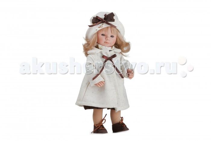 Dnenes/Carmen Gonzalez Кукла Мариэтта в кремовом пальто и шляпке 34 смКукла Мариэтта в кремовом пальто и шляпке 34 смОчень красивая кукла-девочка испанского производителя традиционных кукол для детей Dnenes. Высота куклы - 34 см.  Кукла одета в нарядное светлое платье с цветочным рисунком и кремовое шерстяное пальто. Платье классического фасона имеет короткие рукава, декоративный воротничок-стоечку, пышную юбку и застежку-липучку на спине. Особую торжественность платью придают вставки из ткани шоколадного цвета на груди и по низу юбки.  У стильного пальто длинные рукава, слегка завышенная талия и отложной воротник. Пальто завязывается спереди бантом из атласной ленты шоколадного цвета.  В дополнение к пальто голову куклы украшает кокетливая шляпка. Шляпка выполнена из кремовой шерстяной ткани и украшена сложным бантом из ткани и атласных лент.  В комплект входят белые трикотажные трусики. Бежевые трикотажные гольфы, гармонируют со всем нарядом. На ножках обуты аккуратные бежевые ботиночки на шнуровке.  Тело - Твердый винил Волосы - Светлые, волнистые, хорошо прошиты Глаза - Серые, стеклянные, обрамлены ресничками, не закрываются Одежда - Высококачественный текстиль. Красивое светлое платье и шерстяное кремовое пальто Головной убор - Кокетливая шляпка из шерстяной кремовой ткани Детали - Белые трикотажные трусики. Бежевые гольфы Обувь - Бежевые ботиночки на шнуровке Дизайн - Изысканный. Детали лица, рук и ножек великолепно проработаны.  Упаковка - Красивая подарочная коробка с прозрачным окошком.  Все куклы Carmen Gozalez производятся на заводе в Испании по классической технологии. Технология изготовления кукол из латекса или винила была внедрена в 1940 году, в 1950-х эта технология стала популярна среди известных кукольных брендов по всему миру. Все куклы изготавливаются по уникальным пресс-формам с применением ручного труда. Каждая кукла хранит в себе тепло рук мастера.  Компания Dnenes очень гордится качеством своих кукол, компания неоднократно получала престижные