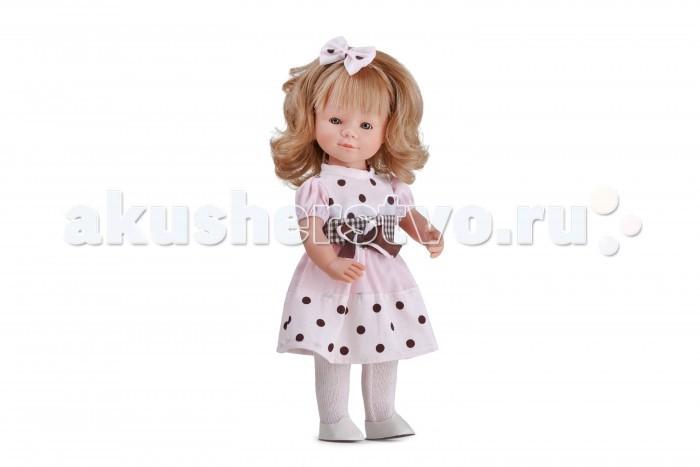 Dnenes/Carmen Gonzalez Кукла Мариэтта в платье с крупным горошком 34 смКукла Мариэтта в платье с крупным горошком 34 смОчень красивая кукла-девочка испанского производителя традиционных кукол для детей Dnenes. Высота куклы - 34 см.  Кукла одета в нарядное розовое платье. Платье классического фасона имеет короткие рукава-фонарики на резинке, воротник-стоечку, двух ярусную юбку и застежку - липучку на спине. Платье комбинированное. Основа платья - розовая ткань в крупный коричневый горошек, а рукава и верхний ярус юбки - нежно-розовые. Украшением платья является широкий пояс в коричневую клетку со сложным бантом из ткани шоколадного цвета с розовым шнурком.  На голове у Мариэтты розовый шнурок с бантиком из той же ткани, что и вставки на платье. На ногах розовые трикотажные колготки и аккуратные белоснежные туфельки.  Тело - Твердый винил Волосы - Светлые, волнистые, хорошо прошиты Глаза - Серые, стеклянные, обрамлены ресничками, не закрываются Одежда - Высококачественный текстиль. Нарядное розовое платье Головной убор - Розовый шнурок с бантиком Детали - Розовые трикотажные колготки Обувь - Белые пластиковые туфельки Дизайн - Изысканный. Детали лица, рук и ножек великолепно проработаны.  Упаковка - Красивая подарочная коробка с прозрачным окошком.  Все куклы Carmen Gozalez производятся на заводе в Испании по классической технологии. Технология изготовления кукол из латекса или винила была внедрена в 1940 году, в 1950-х эта технология стала популярна среди известных кукольных брендов по всему миру. Все куклы изготавливаются по уникальным пресс-формам с применением ручного труда. Каждая кукла хранит в себе тепло рук мастера.  Компания Dnenes очень гордится качеством своих кукол, компания неоднократно получала престижные награды на международных выставках, имеет европейские сертификаты безопасности. К особенностям испанских кукол Carmen Gonzalez стоит отнести и тот факт, что куклы не имеют запаха, который многими производителями заглушается сильно пахнущими отдушками. В