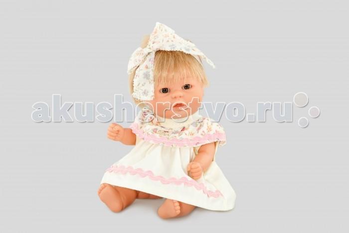 Dnenes/Carmen Gonzalez Бебетин в нарядном платье с бантом 21 смБебетин в нарядном платье с бантом 21 смОчень красивая кукла-пупс испанского производителя традиционных кукол для детей Dnenes. Высота куклы - 21 см.  Кукла одета в нарядное летнее платье бежевого цвета. У платья короткие рукава и застежка - «липучка» на спине. Из-под кокетки расходятся мягкие складки, что делает платье пышным. Платье декорировано розовой тесьмой и большим воротником-жабо с цветочным узором.  На голове у куклы объемная повязка, завязанная бантом. Повязка выполнена из той же ткани, что и воротник.  В комплект входят белые трикотажные трусики.  Тело - Твердый винил Волосы - Светлые, хорошо прошиты Глаза - Серые, стеклянные, без ресничек, не закрываются Одежда - Высококачественный текстиль. Кофточка из белой ткани в мелкий цветочек, зеленые штанишки, широкий воротник-нагрудник.  Головной убор - Широкая повязка из атласной ленты Детали - Нет Обувь - Нет Дизайн - Изысканный. Детали лица, рук и ножек великолепно проработаны.  Упаковка - Красивая подарочная коробка с прозрачным окошком.  Все куклы Carmen Gozalez производятся на заводе в Испании по классической технологии. Технология изготовления кукол из латекса или винила была внедрена в 1940 году, в 1950-х эта технология стала популярна среди известных кукольных брендов по всему миру. Все куклы изготавливаются по уникальным пресс-формам с применением ручного труда. Каждая кукла хранит в себе тепло рук мастера.  Компания Dnenes очень гордится качеством своих кукол, компания неоднократно получала престижные награды на международных выставках, имеет европейские сертификаты безопасности. К особенностям испанских кукол Carmen Gonzalez стоит отнести и тот факт, что куклы не имеют запаха, который многими производителями заглушается сильно пахнущими отдушками. Волосы у кукол имеют приятную фактуру, с большим вниманием дизайнеры отнеслись и к мелким деталям (ручки, ножки, пальчики) - все детали выполнены с великолепной точностью.<br>