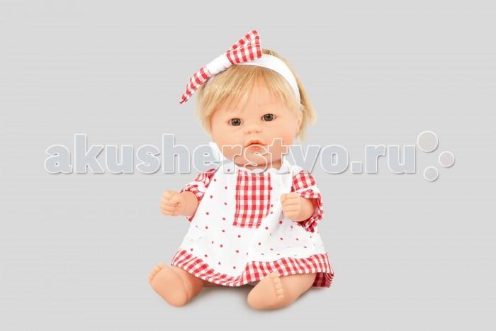 Dnenes/Carmen Gonzalez Пупс Бебетин в платье с красной клеткой 21 смПупс Бебетин в платье с красной клеткой 21 смОчень красивая кукла-пупс испанского производителя традиционных кукол для детей Dnenes. Высота куклы - 21 см.  Кукла одета в яркое летнее платье. У платья короткие рукава, воротником-стоечкой и застежка-липучка на спине. Подол платья, рукава и вставка на груди - сшиты из декоративной клетчатой ткани. Рукава и воротник декорированы белой волнистой тесьмой.  Голову куклы украшает широкая повязка, декорированная бантом из ткани в красно-белую клетку.  В комплект входят белые трикотажные трусики.   Тело - Твердый винил Волосы - Светлые, хорошо прошиты Глаза - Серые, стеклянные, без ресничек, не закрываются Одежда - Высококачественный текстиль. Нарядное летнее платье Головной убор - Широкая повязка с бантиком из клетчатой ткани Детали - Белые трикотажные трусики Обувь - Нет Дизайн - Изысканный. Детали лица, рук и ножек великолепно проработаны.  Упаковка - Красивая подарочная коробка с прозрачным окошком.  Все куклы Carmen Gozalez производятся на заводе в Испании по классической технологии. Технология изготовления кукол из латекса или винила была внедрена в 1940 году, в 1950-х эта технология стала популярна среди известных кукольных брендов по всему миру. Все куклы изготавливаются по уникальным пресс-формам с применением ручного труда. Каждая кукла хранит в себе тепло рук мастера.  Компания Dnenes очень гордится качеством своих кукол, компания неоднократно получала престижные награды на международных выставках, имеет европейские сертификаты безопасности. К особенностям испанских кукол Carmen Gonzalez стоит отнести и тот факт, что куклы не имеют запаха, который многими производителями заглушается сильно пахнущими отдушками. Волосы у кукол имеют приятную фактуру, с большим вниманием дизайнеры отнеслись и к мелким деталям (ручки, ножки, пальчики) - все детали выполнены с великолепной точностью.<br>