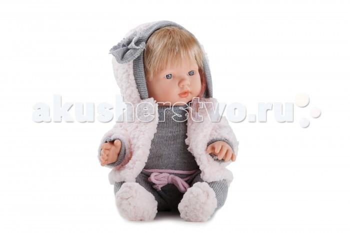 Dnenes/Carmen Gonzalez Пупс Леан в вязанном комбинезоне и меховой куртке 34 смПупс Леан в вязанном комбинезоне и меховой куртке 34 смОчень красивая кукла-пупс испанского производителя традиционных кукол для детей Dnenes. Высота куклы - 34 см.  Кукла одета в серый вязаный комбинезон и розовая меховая куртка. Комбинезон имеет длинные рукава и воротничок-стоечку. К комбинезону пришиты пинетки из розового меха; на талии он украшен розовым шнурком, имитирующим пояс, с бантом по середине.  Изюминкой наряда служит модная куртка из розового меха с капюшоном. Куртка имеет длинные рукава, манжеты рукавов и капюшон отделаны серым трикотажем; капюшон украшает цветок из трикотажа.  Тело - Твердый винил Волосы - Светлые, хорошо прошиты Глаза - Голубые, стеклянные, без ресничек, не закрываются Одежда - Высококачественный текстиль. Серый вязаный комбинезон и розовая меховая куртка Головной убор - Капюшон куртки Детали - Нет Обувь - Нет Дизайн - Изысканный. Детали лица, рук и ножек великолепно проработаны.  Упаковка - Красивая подарочная коробка с прозрачным окошком  Все куклы Carmen Gozalez производятся на заводе в Испании по классической технологии. Технология изготовления кукол из латекса или винила была внедрена в 1940 году, в 1950-х эта технология стала популярна среди известных кукольных брендов по всему миру. Все куклы изготавливаются по уникальным пресс-формам с применением ручного труда. Каждая кукла хранит в себе тепло рук мастера.  Компания Dnenes очень гордится качеством своих кукол, компания неоднократно получала престижные награды на международных выставках, имеет европейские сертификаты безопасности. К особенностям испанских кукол Carmen Gonzalez стоит отнести и тот факт, что куклы не имеют запаха, который многими производителями заглушается сильно пахнущими отдушками. Волосы у кукол имеют приятную фактуру, с большим вниманием дизайнеры отнеслись и к мелким деталям (ручки, ножки, пальчики) - все детали выполнены с великолепной точностью.<br>