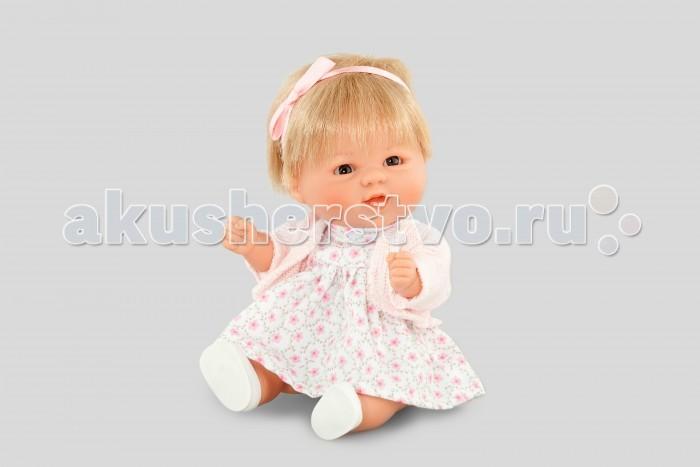 Dnenes/Carmen Gonzalez Бебетин в цветочном платье и вязаном жакете 21 смБебетин в цветочном платье и вязаном жакете 21 смОчень красивая кукла-пупс испанского производителя традиционных кукол для детей Dnenes. Высота куклы - 21 см.  Кукла одета в летнее платьице в мелкий цветочек и розовый вязаный жакет с длинными рукавами. У платья короткие рукава, завышенная талия, пышная юбка и застежка - липучка на спине.  Волосы куклы подвязаны атласной розовой лентой. В комплект входят белые трикотажные трусики. Кукла обута в белые пластиковые туфельки.   Тело - Твердый винил Волосы - Светлые, хорошо прошиты Глаза - Серые, стеклянные, без ресничек, не закрываются Одежда - Высококачественный текстиль. Нарядное летнее платье и розовый вязаный жакет Головной убор - Розовая атласная лента Детали - Белые трикотажные трусики Обувь - Белые пластиковые туфельки Дизайн - Изысканный. Детали лица, рук и ножек великолепно проработаны.  Упаковка - Красивая подарочная коробка с прозрачным окошком.  Все куклы Carmen Gozalez производятся на заводе в Испании по классической технологии. Технология изготовления кукол из латекса или винила была внедрена в 1940 году, в 1950-х эта технология стала популярна среди известных кукольных брендов по всему миру. Все куклы изготавливаются по уникальным пресс-формам с применением ручного труда. Каждая кукла хранит в себе тепло рук мастера.  Компания Dnenes очень гордится качеством своих кукол, компания неоднократно получала престижные награды на международных выставках, имеет европейские сертификаты безопасности. К особенностям испанских кукол Carmen Gonzalez стоит отнести и тот факт, что куклы не имеют запаха, который многими производителями заглушается сильно пахнущими отдушками. Волосы у кукол имеют приятную фактуру, с большим вниманием дизайнеры отнеслись и к мелким деталям (ручки, ножки, пальчики) - все детали выполнены с великолепной точностью.<br>