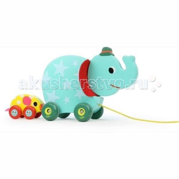 Каталка-игрушка Vilac с веревочкой Слон и мышкас веревочкой Слон и мышкаКаталка с веревочкой «Слон и мышка» Vilac.  Игрушка обязательно заинтересует малышей по тому, что: она яркая и привлекательная — симпатичный голубой слоненок покрыт звездами, у него есть шляпа, красные ушки и зеленые колеса. Он прогуливает маленькую желтую мышку, у которой розовые ушки и хвостик, а еще есть красные колесики с голубыми вставками Слоненок очень заботится о маленькой мышке. Стоит ей удалиться на небольшое расстояние и старший друг начинает петь песенку, пока мышка его не догонит Слоненок с удовольствием последует за своим маленьким хозяином, стоит ему взять в руки веревочку, и мышке не даст отстать  Эта парочка готова каждый день вместе со своим годовалым хозяином упражняться в навыках ходьбы. Всем известно, что залог успеха в тренировках, а такой веселой компании, это делать вдвойне веселее  Родителям будет интересно, что каталка с веревочкой французской компании Vilac: выполнена из дерева имеет размер 28х9х14 см предназначена для детей от 12 месяцев будет интересна как мальчику, так и девочке окрашена безопасными для детей красками если оттянуть мышку назад, то раздастся мелодия, которая звучит пока мышка подтягивается обратно к слоненку колеса снабжены резиновыми прокладками, которые защитят ваши полы и уши есть так же прочная желтая веревочка с деревянным диском на конце, который украшен красными звездами на веревочке имеется ограничительная клипса, для регулировки длины имеет гладкие, приятные на ощупь поверхности упакована в красивую подарочную упаковку  Vilac - старейшая французская компания в мире по производству традиционных игрушек. История компании началась в 1911 году как семейный бизнес. Сейчас это несколько тысяч наименований игрушек, часть которых традиционно производится во Франции.<br>
