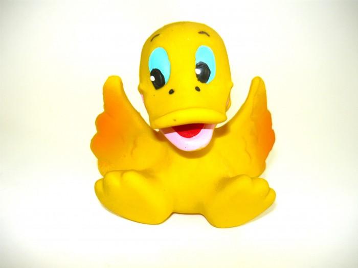 Lanco Латексная игрушка Утенок радостный 11121Латексная игрушка Утенок радостный 11121Lanco Латексная игрушка Утенок радостный 11121 для детей от трех месяцев.  Латексные игрушки Lanco удобно и комфортно держать в детской руке. С ними можно играть в ванной, в кроватке, в автомобиле, во время путешествий в поезде, на самолете, на пароходе.  Эти игрушки способствуют развитию воображения ребенка, способствуют развитию мелкой моторики.  Чем замечательны латексные игрушки Lanco? - уникальность - эксклюзивное качество - отсутствие аналогов.  Игрушки производятся из безвредного, экологически чистого 100% натурального сырья – латекса – без химических и минеральных добавок, этот материал нелипкий, приятный и мягкий на ощупь, для него характерно отсутствие запаха.  Особенности игрушек Lanco: Латексные игрушки Lanco прошли сертификацию как в Европе, так и в России Играя с латексными игрушками Lanco невозможно травмироваться, невозможно откусить, оторвать детали от них При растягивании любая латексная игрушка Lanco увеличивается до 7 раз, возвращаясь в исходное положение, не деформируясь. В производстве этих игрушек используются натуральные пищевые красители, которые наносятся на латексные игрушки Lanco вручную. Латексные игрушки Lanco привлекают яркостью красок, и цветовая гамма разработана совместно с психологами.  Материал: - производство из безвредного, экологически чистого 100% натурального сырья – латекса – без химических и минеральных добавок - нелипкий - приятный и мягкий на ощупь - отсутствие запаха.  Использование: - латексные игрушки Lanco легко моются в теплой воде с нейтральным мылом, при этом красители не линяют - латексные игрушки Lanco удобно и комфортно держать в детской руке - с латексными игрушками Lanco можно играть в ванной, в кроватке, в автомобиле, во время путешествий в поезде, на самолете, на пароходе.  Красители: натуральные пищевые красители, которые наносятся на латексные игрушки Lanco вручную - устойчивость красителей к воздействию слюны - красители