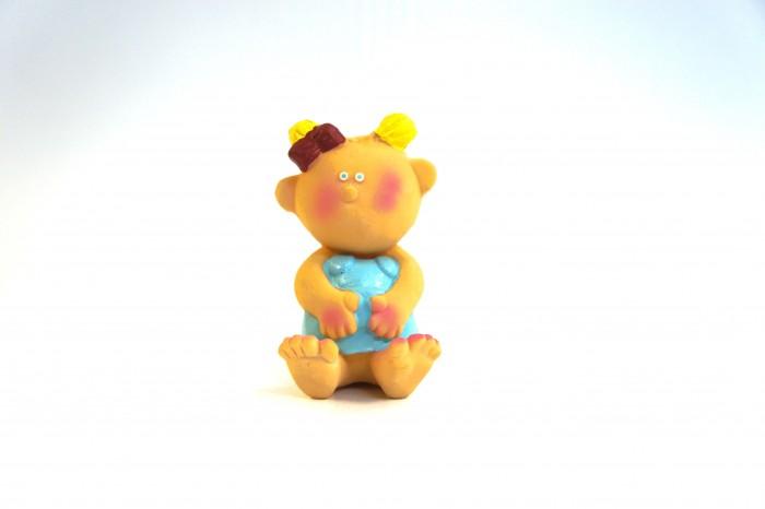 Lanco Латексная игрушка Девочка 1079Латексная игрушка Девочка 1079Lanco Латексная игрушка Девочка 1079 для детей от трех месяцев.  Латексные игрушки Lanco удобно и комфортно держать в детской руке. С ними можно играть в ванной, в кроватке, в автомобиле, во время путешествий в поезде, на самолете, на пароходе.  Эти игрушки способствуют развитию воображения ребенка, способствуют развитию мелкой моторики.  Чем замечательны латексные игрушки Lanco? - уникальность - эксклюзивное качество - отсутствие аналогов.  Игрушки производятся из безвредного, экологически чистого 100% натурального сырья – латекса – без химических и минеральных добавок, этот материал нелипкий, приятный и мягкий на ощупь, для него характерно отсутствие запаха.  Особенности игрушек Lanco: Латексные игрушки Lanco прошли сертификацию как в Европе, так и в России Играя с латексными игрушками Lanco невозможно травмироваться, невозможно откусить, оторвать детали от них При растягивании любая латексная игрушка Lanco увеличивается до 7 раз, возвращаясь в исходное положение, не деформируясь. В производстве этих игрушек используются натуральные пищевые красители, которые наносятся на латексные игрушки Lanco вручную. Латексные игрушки Lanco привлекают яркостью красок, и цветовая гамма разработана совместно с психологами.  Материал: - производство из безвредного, экологически чистого 100% натурального сырья – латекса – без химических и минеральных добавок - нелипкий - приятный и мягкий на ощупь - отсутствие запаха.  Использование: - латексные игрушки Lanco легко моются в теплой воде с нейтральным мылом, при этом красители не линяют - латексные игрушки Lanco удобно и комфортно держать в детской руке - с латексными игрушками Lanco можно играть в ванной, в кроватке, в автомобиле, во время путешествий в поезде, на самолете, на пароходе.  Красители: натуральные пищевые красители, которые наносятся на латексные игрушки Lanco вручную - устойчивость красителей к воздействию слюны - красители, используемые при производств