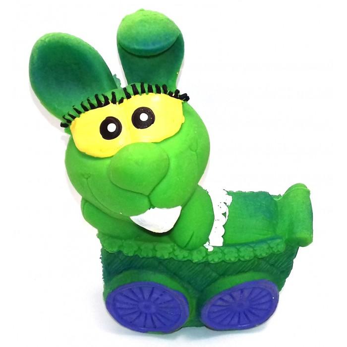 Lanco Латексная игрушка Зайчонок в коляске ODA 405Латексная игрушка Зайчонок в коляске ODA 405Lanco Латексная игрушка Зайчонок в коляскеODA-405 для детей от трех месяцев.  Латексные игрушки Lanco удобно и комфортно держать в детской руке. С ними можно играть в ванной, в кроватке, в автомобиле, во время путешествий в поезде, на самолете, на пароходе.  Эти игрушки способствуют развитию воображения ребенка, способствуют развитию мелкой моторики.  Чем замечательны латексные игрушки Lanco? - уникальность - эксклюзивное качество - отсутствие аналогов.  Игрушки производятся из безвредного, экологически чистого 100% натурального сырья – латекса – без химических и минеральных добавок, этот материал нелипкий, приятный и мягкий на ощупь, для него характерно отсутствие запаха.  Особенности игрушек Lanco: Латексные игрушки Lanco прошли сертификацию как в Европе, так и в России Играя с латексными игрушками Lanco невозможно травмироваться, невозможно откусить, оторвать детали от них При растягивании любая латексная игрушка Lanco увеличивается до 7 раз, возвращаясь в исходное положение, не деформируясь. В производстве этих игрушек используются натуральные пищевые красители, которые наносятся на латексные игрушки Lanco вручную. Латексные игрушки Lanco привлекают яркостью красок, и цветовая гамма разработана совместно с психологами.  Материал: - производство из безвредного, экологически чистого 100% натурального сырья – латекса – без химических и минеральных добавок - нелипкий - приятный и мягкий на ощупь - отсутствие запаха.  Использование: - латексные игрушки Lanco легко моются в теплой воде с нейтральным мылом, при этом красители не линяют - латексные игрушки Lanco удобно и комфортно держать в детской руке - с латексными игрушками Lanco можно играть в ванной, в кроватке, в автомобиле, во время путешествий в поезде, на самолете, на пароходе.  Красители: натуральные пищевые красители, которые наносятся на латексные игрушки Lanco вручную - устойчивость красителей к воздействию слюны 