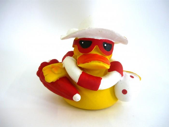 Lanco Латексная игрушка Утка-пляжница 818Латексная игрушка Утка-пляжница 818Lanco Латексная игрушка Утка-пляжница 818 для детей от трех месяцев.  Латексные игрушки Lanco удобно и комфортно держать в детской руке. С ними можно играть в ванной, в кроватке, в автомобиле, во время путешествий в поезде, на самолете, на пароходе.  Эти игрушки способствуют развитию воображения ребенка, способствуют развитию мелкой моторики.  Чем замечательны латексные игрушки Lanco? - уникальность - эксклюзивное качество - отсутствие аналогов.  Игрушки производятся из безвредного, экологически чистого 100% натурального сырья – латекса – без химических и минеральных добавок, этот материал нелипкий, приятный и мягкий на ощупь, для него характерно отсутствие запаха.  Особенности игрушек Lanco: Латексные игрушки Lanco прошли сертификацию как в Европе, так и в России Играя с латексными игрушками Lanco невозможно травмироваться, невозможно откусить, оторвать детали от них При растягивании любая латексная игрушка Lanco увеличивается до 7 раз, возвращаясь в исходное положение, не деформируясь. В производстве этих игрушек используются натуральные пищевые красители, которые наносятся на латексные игрушки Lanco вручную. Латексные игрушки Lanco привлекают яркостью красок, и цветовая гамма разработана совместно с психологами.  Материал: - производство из безвредного, экологически чистого 100% натурального сырья – латекса – без химических и минеральных добавок - нелипкий - приятный и мягкий на ощупь - отсутствие запаха.  Использование: - латексные игрушки Lanco легко моются в теплой воде с нейтральным мылом, при этом красители не линяют - латексные игрушки Lanco удобно и комфортно держать в детской руке - с латексными игрушками Lanco можно играть в ванной, в кроватке, в автомобиле, во время путешествий в поезде, на самолете, на пароходе.  Красители: натуральные пищевые красители, которые наносятся на латексные игрушки Lanco вручную - устойчивость красителей к воздействию слюны - красители, используемые 