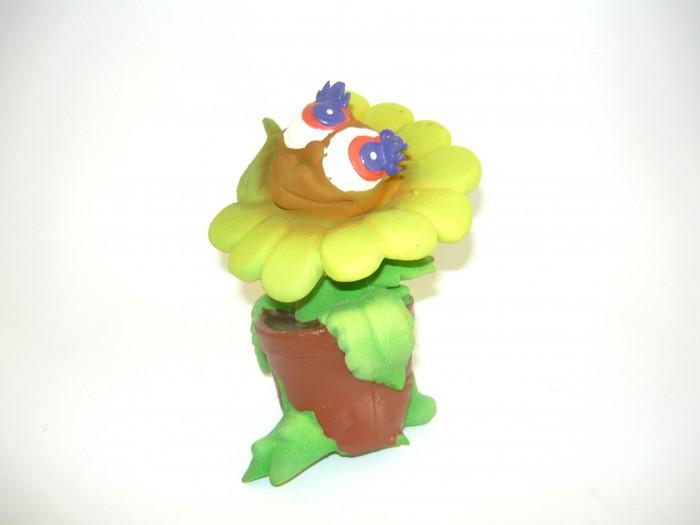 Lanco Латексная игрушка Цветок 1825Латексная игрушка Цветок 1825Lanco Латексная игрушка Цветок 1825 для детей от трех месяцев.  Латексные игрушки Lanco удобно и комфортно держать в детской руке. С ними можно играть в ванной, в кроватке, в автомобиле, во время путешествий в поезде, на самолете, на пароходе.  Эти игрушки способствуют развитию воображения ребенка, способствуют развитию мелкой моторики.  Чем замечательны латексные игрушки Lanco? - уникальность - эксклюзивное качество - отсутствие аналогов.  Игрушки производятся из безвредного, экологически чистого 100% натурального сырья – латекса – без химических и минеральных добавок, этот материал нелипкий, приятный и мягкий на ощупь, для него характерно отсутствие запаха.  Особенности игрушек Lanco: Латексные игрушки Lanco прошли сертификацию как в Европе, так и в России Играя с латексными игрушками Lanco невозможно травмироваться, невозможно откусить, оторвать детали от них При растягивании любая латексная игрушка Lanco увеличивается до 7 раз, возвращаясь в исходное положение, не деформируясь. В производстве этих игрушек используются натуральные пищевые красители, которые наносятся на латексные игрушки Lanco вручную. Латексные игрушки Lanco привлекают яркостью красок, и цветовая гамма разработана совместно с психологами.  Материал: - производство из безвредного, экологически чистого 100% натурального сырья – латекса – без химических и минеральных добавок - нелипкий - приятный и мягкий на ощупь - отсутствие запаха.  Использование: - латексные игрушки Lanco легко моются в теплой воде с нейтральным мылом, при этом красители не линяют - латексные игрушки Lanco удобно и комфортно держать в детской руке - с латексными игрушками Lanco можно играть в ванной, в кроватке, в автомобиле, во время путешествий в поезде, на самолете, на пароходе.  Красители: натуральные пищевые красители, которые наносятся на латексные игрушки Lanco вручную - устойчивость красителей к воздействию слюны - красители, используемые при производстве л