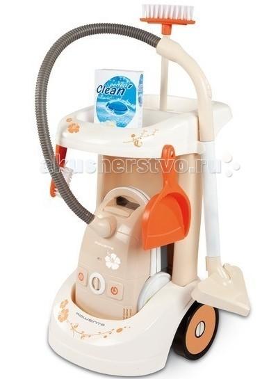 Smoby Тележка для уборки с пылесосомТележка для уборки с пылесосомТележка для уборки Smoby с пылесосом  Красивая и функциональная тележка для уборки, поможет Вашему ребенку научиться наводить чистоту в доме и приучит его к бережливости. В тележке помещаются все необходимые принадлежности: швабра, совок, моющие средства и даже пылесос. При нажатии на кнопку пылесоса, раздается гудящий звук, имитирующий гул пылесоса. Тележка очень удобная, на двух колесах, ее удобно ставить и для переноски приспособлена специальная ручка.   В наборе:    Тележка на колесиках.  Пылесос.  Щетка для пола.  Совок.  Коробочка с порошком.   Батарейки: 2 шт. типа АА (в комплект не входят).<br>