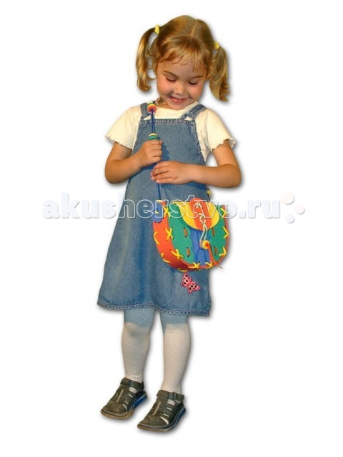 Развивающая игрушка Тедико Шнуровка СумочкаШнуровка СумочкаИз этого набора с помощью шнурочков можно сделать симпатичную сумочку. Собрав, ребенок с удовольствием будет носить в ней свои вещи, совсем как мама!  После игр со шнуровками дети гораздо раньше начинают обслуживать себя сами, а также становятся более сообразительными, у них лучше развивается речь. Первые шнуровки придумала Мария Монтессори. Она давала детям увеличенные копии ботинок и других предметов, которые надо было зашнуровывать или застегивать.  Шнуровка - отличная игрушка для развития устной речи и подготовки руки к письму. Игры со шнурками способны даже корректировать дефекты речи. Также вырабатывается трудолюбие, усидчивость и внимательность.  Играть со шнуровкой можно начинать с 2 лет. Именно с этого возраста (и примерно до 6 лет) малыши сами инстинктивно тянутся к играм с мелкими предметами: бусинками, веревочками, кусочками ткани. Шнурование отвечает естественной потребности этого возраста, и поэтому является прекрасным способом развития мелкой моторики и координации движений.  Размер: 14 х 17 см.<br>