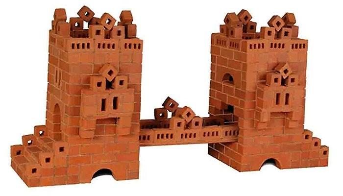 Конструктор Brickmaster Мост 450 деталейМост 450 деталейКонструктор Brickmaster Мост 450 деталей - станет отличным подарком Вашему малышу на любой праздник. Благодаря этому развивающему набору можно создать атмосферу самой настоящей стройки. Кирпичики, арки и другие архитектурные детали сделаны из натуральной обожженной глины по той же технологии, что и настоящие, только отличаются меньшим размером.  Экологически безопасная специальная смесь из речного песка и кукурузного крахмала позволит крепко соединить между собой детали конструкции. Она не только обладает всеми свойствами настоящего цемента, но также позволяет при необходимости несколько раз перестраивать конструктор: достаточно готовую постройку поместить на 2-3 часа в воду и все кирпичики снова отделятся друг от друга.  Конструктор из кирпичиков Мост развивает у ребенка мелкую моторику, фантазию, логическое мышление, а также требует внимательности, аккуратности и усидчивости.  В набор входит: 450 маленьких кирпичиков, строительная смесь, маленький мастерок и подробная пошаговая инструкция.<br>