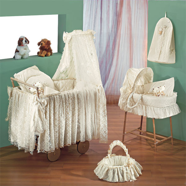 Колыбель Italbaby Nadia (Angioletti)Nadia (Angioletti)Плетеная колыбель Angioletti с тюлевым пологом, тканевой отделкой, матрасом, подушкой, наволочкой и одеялом. На больших колесах. Цвет бамбук. В зависимости от выбранной коллекции возможны объемные аппликации, кружево в старинном стиле, симпатичные рюши и деликатные шелковые бантики.   В комплекте: тюлевый полог матрас одеяло подушка наволочка  Общие размеры: кроватки (шхгхв) 104х60х153 см кроватки в упаковке (дхшхв) 64х61х103 см   Вес: 16,5 кг<br>