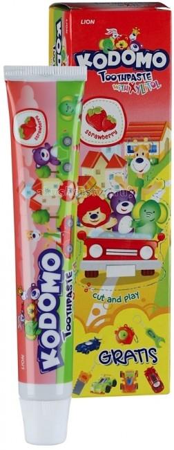 Kodomo Детская зубная паста Strawberry с 6 месяцев+игрушка 45 гДетская зубная паста Strawberry с 6 месяцев+игрушка 45 гИнновационная формула детской зубной пасты Kodomo содержит компоненты Флуорид и Ксилитол, эффективно питающие зубы необходимыми минеральными элементами.   Безопасные натуральные ингредиенты, входящие в состав позволяют рекомендовать ее частое использование с первого зуба.   Паста получила высочайшие оценки качества Центра профилактической стоматологии «Профидент».   Игрушка, вложенная в каждую упаковку доставляет радость.   Все ингредиенты совершенно безвредны, даже если ребенок проглотит пасту.   Содержит минеральные компоненты и ксилитол, который предотвращает появление кариеса.<br>